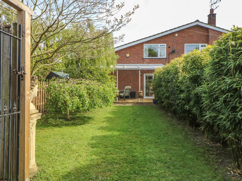 END RETREAT, romantic, secluded garden, WiFi, close to Wroxham, Ref 932863, vacation rental in Wroxham