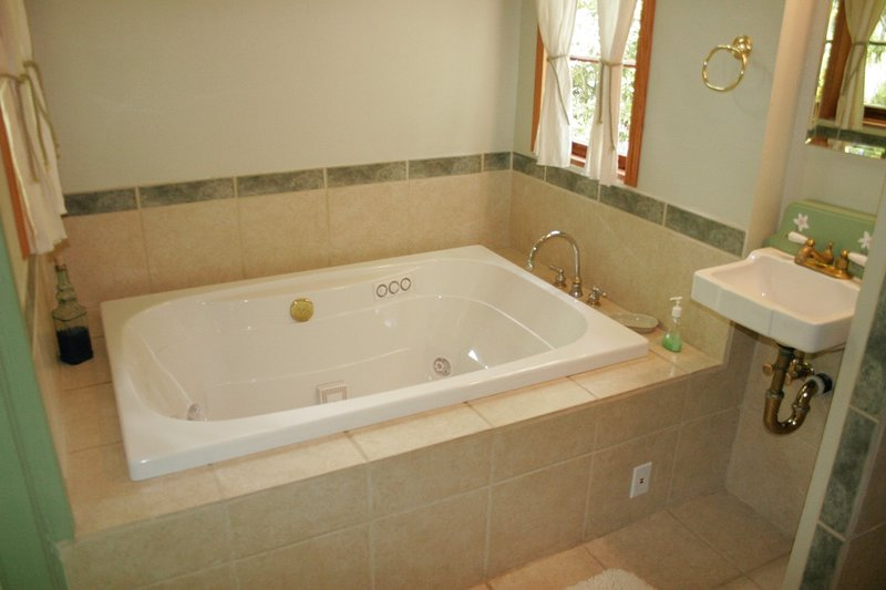 Kingfisher Cabin with in bathroom Jacuzzi and walk in shower, holiday rental in Vida