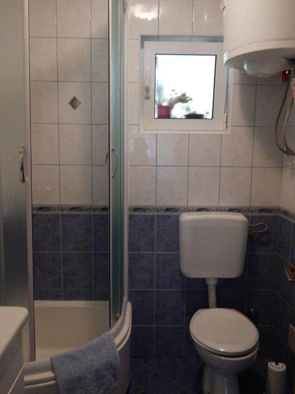 A2 Plavi (2 + 2): baño con inodoro.