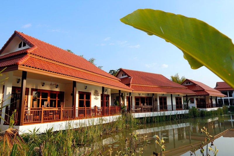 Lake view villa w/ 1BR, 2BA, Kitchen, Balcony, Living room & Pool, Bikes -V6, holiday rental in Doi Saket