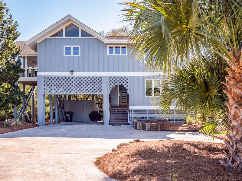 Welcome to this classic, well maintained Seabrook beach home!