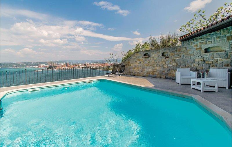 Amazing apartment in Koper with Outdoor swimming pool, WiFi and 2 Bedrooms (SCR2, aluguéis de temporada em Koper