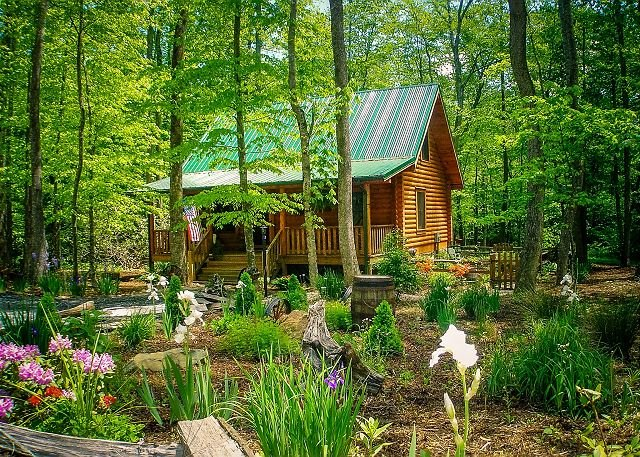 NOW BOOKING! CREEKSIDE SERENADE-ON MTN STREAM W/BUBBLING HOT TUB, & WIFI!, alquiler vacacional en Todd