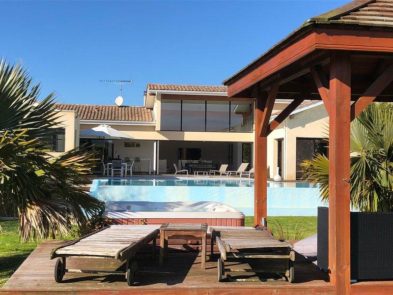 Villa d'architecte style californien avec piscine à débordement et sauna, casa vacanza a Heugas