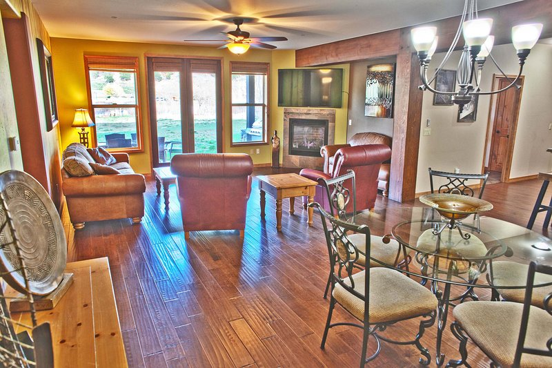 Living area looking out to Big River views!