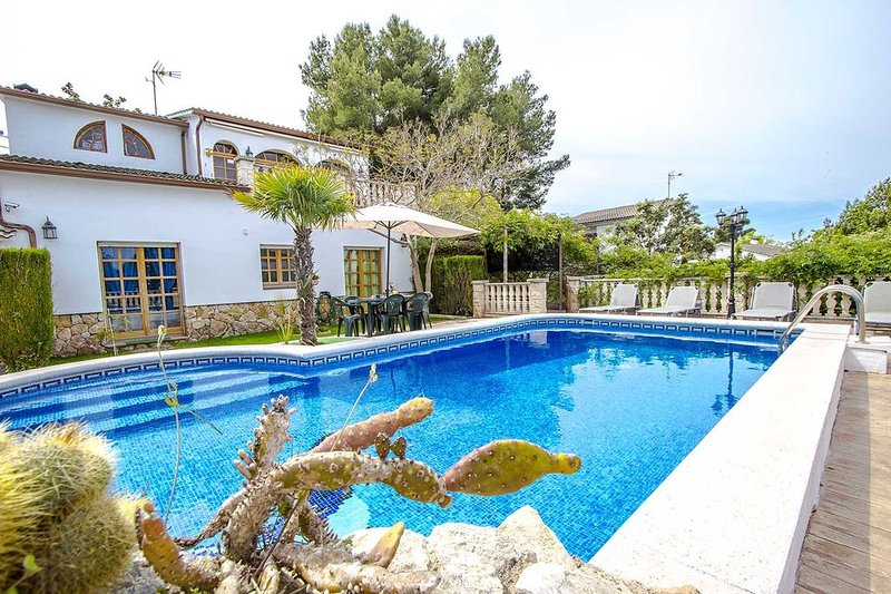 Amazing villa with swimming-pool, vacation rental in L'Arboc