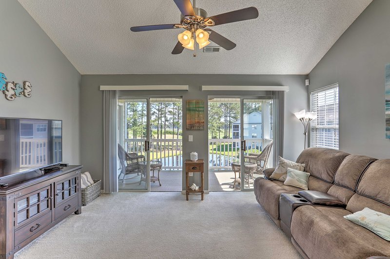 Myrtle Beach Condo w/Pool & Golf Course Views, holiday rental in Forestbrook