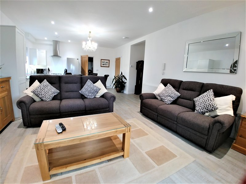 Meadow View Apartment 2 with garden views conserventry and private terrace, vacation rental in Newquay