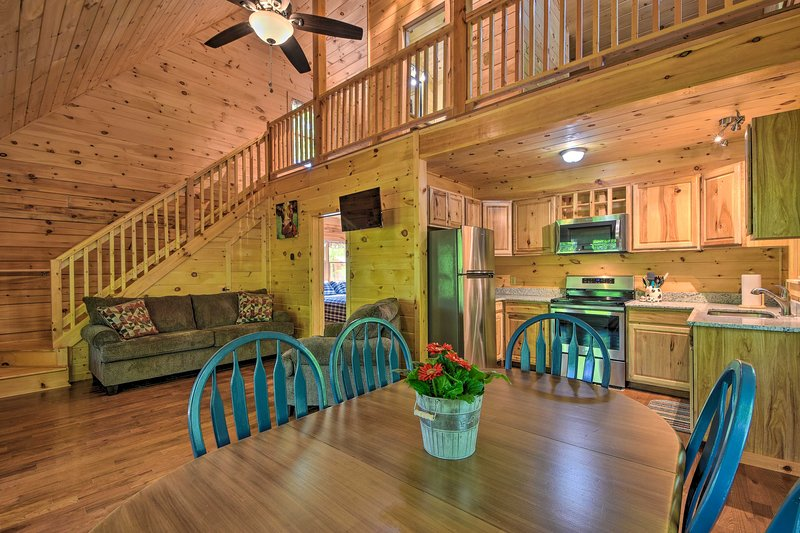 Murphy Cabin w/ Spacious Deck & Forest Views!, holiday rental in Culberson