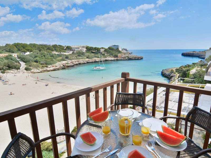 Mallorca front line apartment with terrace, holiday rental in Cala Marcal
