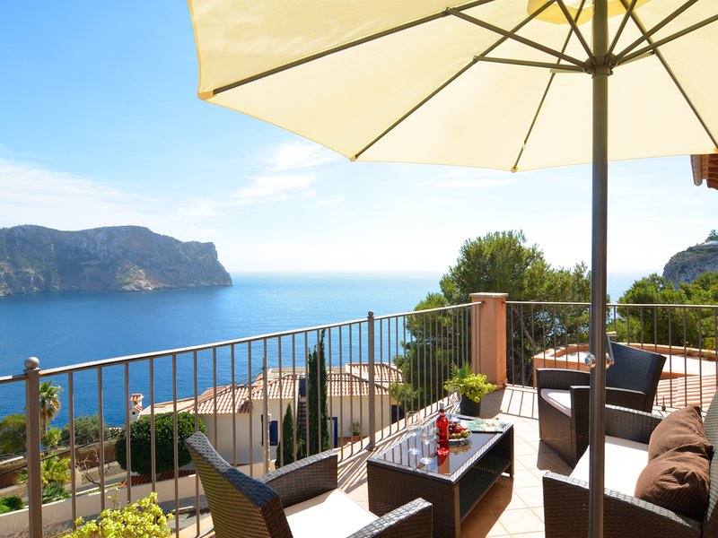 Villa with incredible sea views and pool sleeps 7, casa vacanza a Camp De Mar