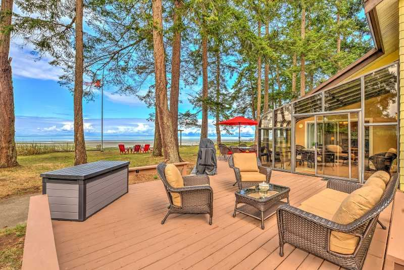 Spectacular 4 Bedroom Beach Front Walk Out Vacation Home, location de vacances à Comox Valley