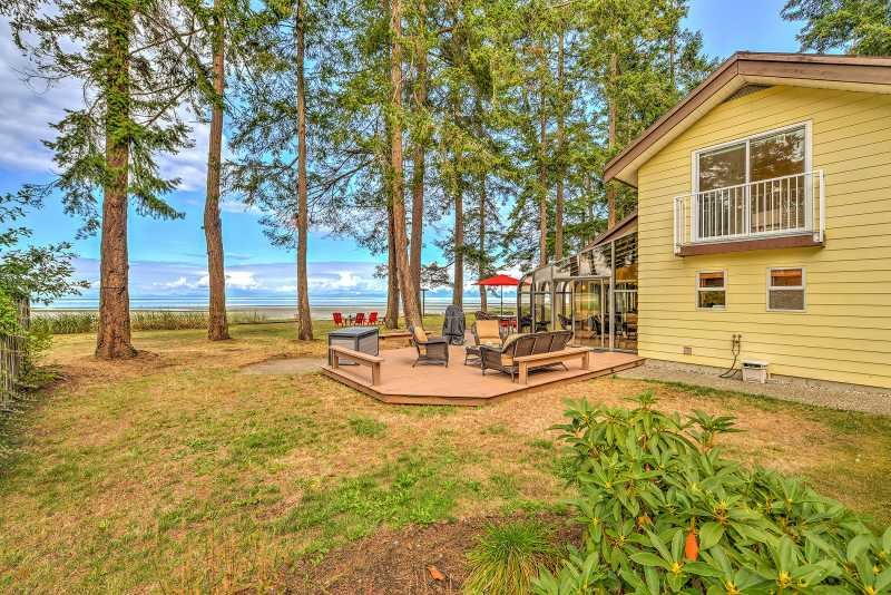 Oceanfront 3 Bedroom Walk Out Beach Access, vacation rental in Vananda