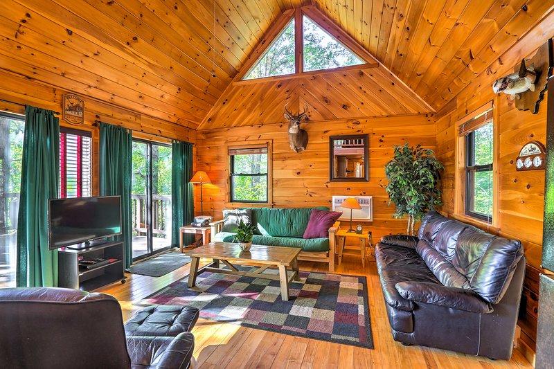Hocking Hills Lake Cabin w/Hot Tub, Deck & Dock! – semesterbostad i McArthur