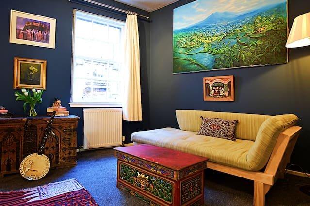 Uno spazio di vita rilassante per rilassarsi con due divani letto e vari oggetti raccolti dai nostri viaggi