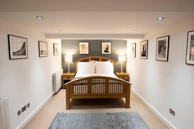 Splendida camera da letto matrimoniale al piano seminterrato, comodo letto in cui affondare