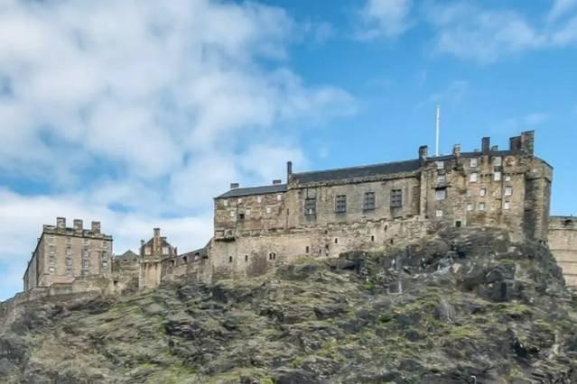 Vistas del castillo de Edimburgo desde la puerta de tu casa!