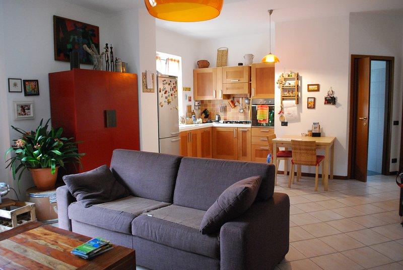 Casa con giardino a 20 km da Milano e Svizzera, holiday rental in Carate Brianza
