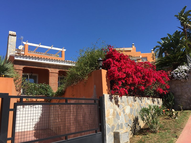 Charming Villa with swimming pool and sea view, holiday rental in Benalmadena
