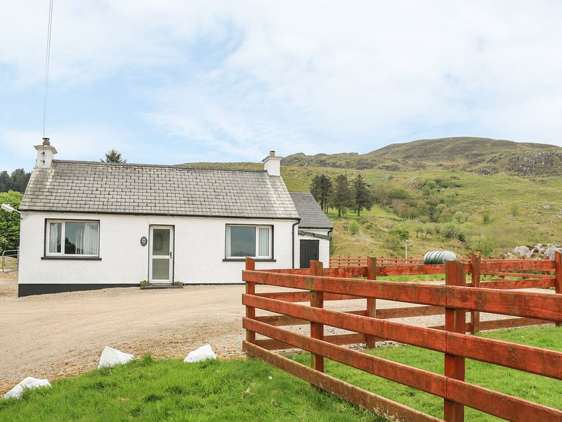GAPPLE COTTAGE, all ground floor, multi-fuel stove, lough views, Rathmullan, holiday rental in Ramelton
