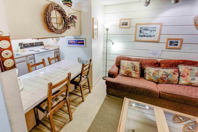 Welcoming 2 BR Condo w/ Pool, Jacuzzi, and BBQ Area Chalet in Mammoth Lakes