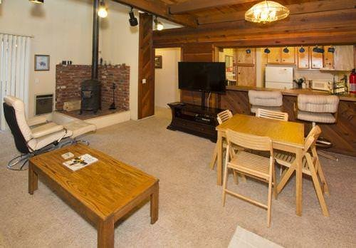 Comfortable Condo w/ WiFi, Fireplace, Resort Hot Tub & BBQ Access Chalet in Mammoth Lakes