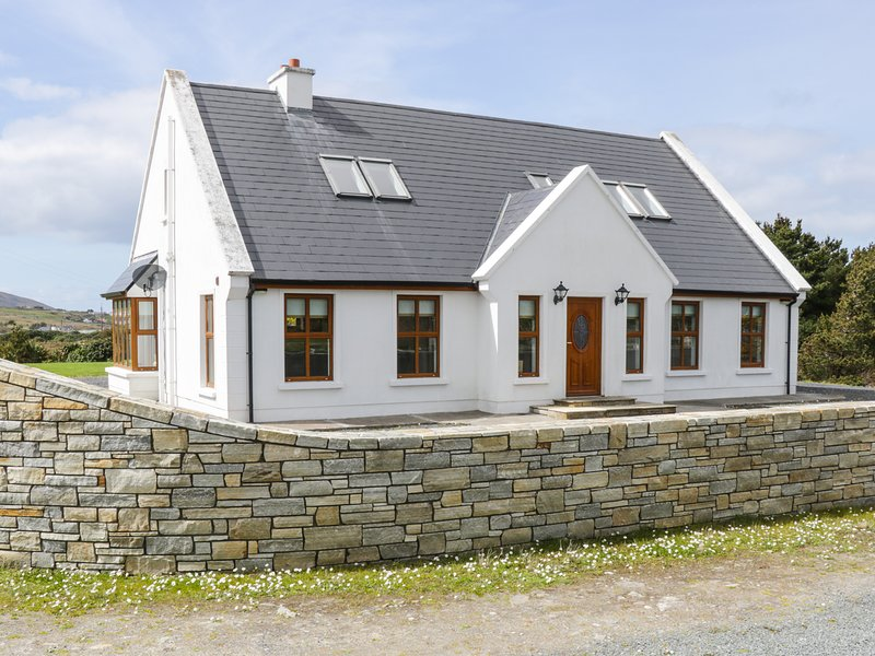 KEVIN'S HOUSE, mountain views, Achill Island, alquiler vacacional en Broadhaven