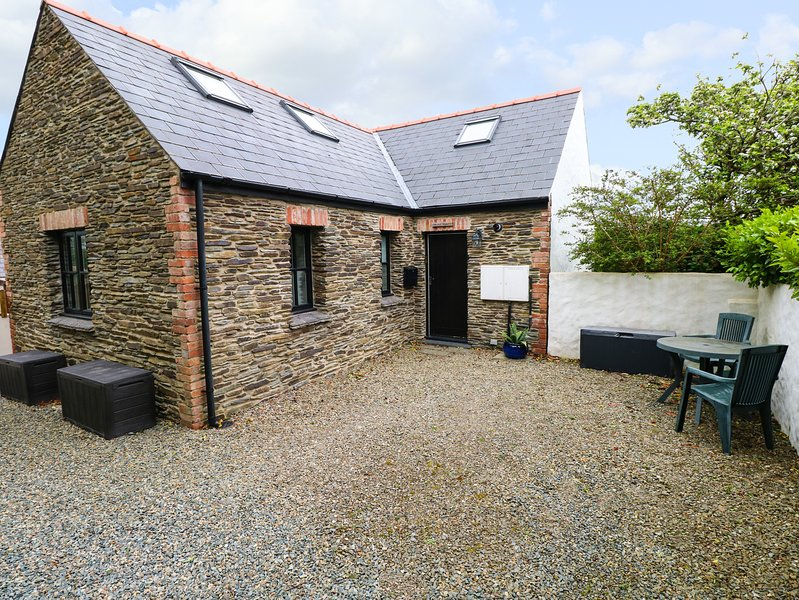 THE OLD STABLES, enclosed garden, open-plan living, in Fishguard, vacation rental in Fishguard