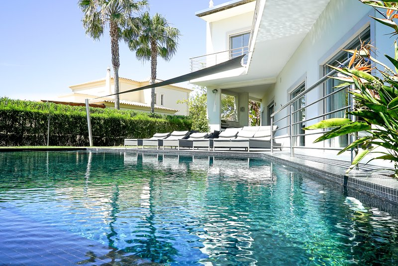 Amazing villa with swimming-pool, vacation rental in Vilamoura
