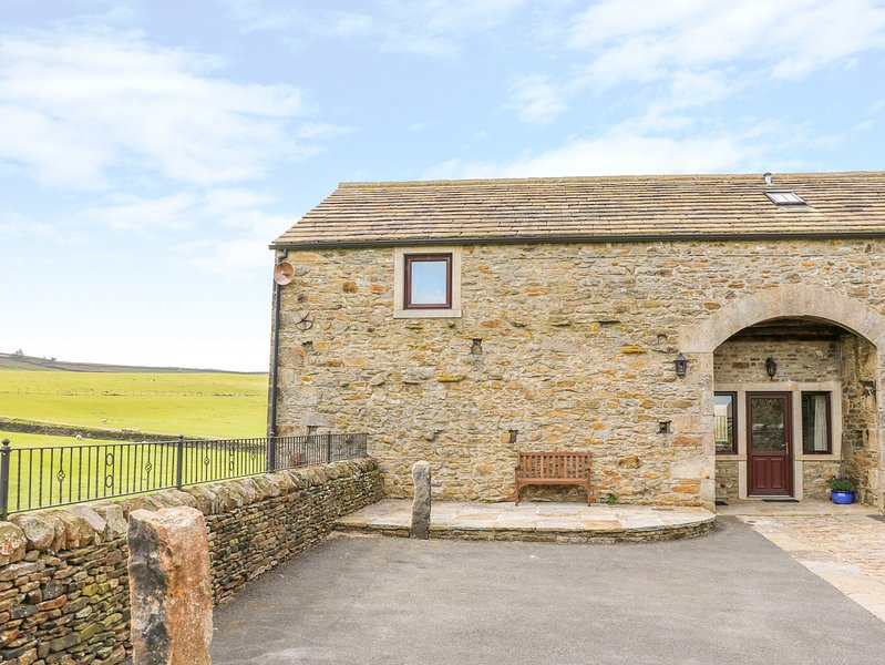 THE BARN, countryside views, en-suite, Addingham, holiday rental in Embsay