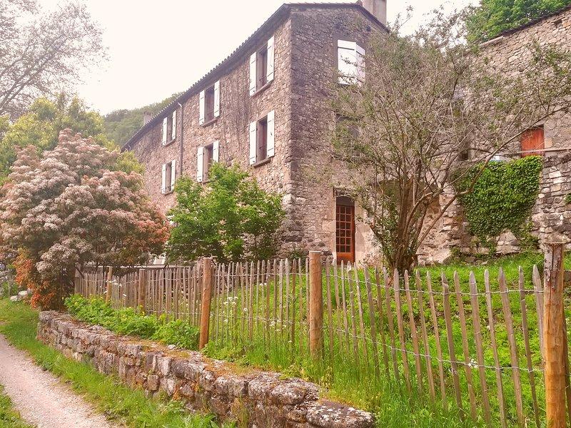 Hébergement Hérault Lodève A75 Lunas, aluguéis de temporada em Ceilhes-et-Rocozels