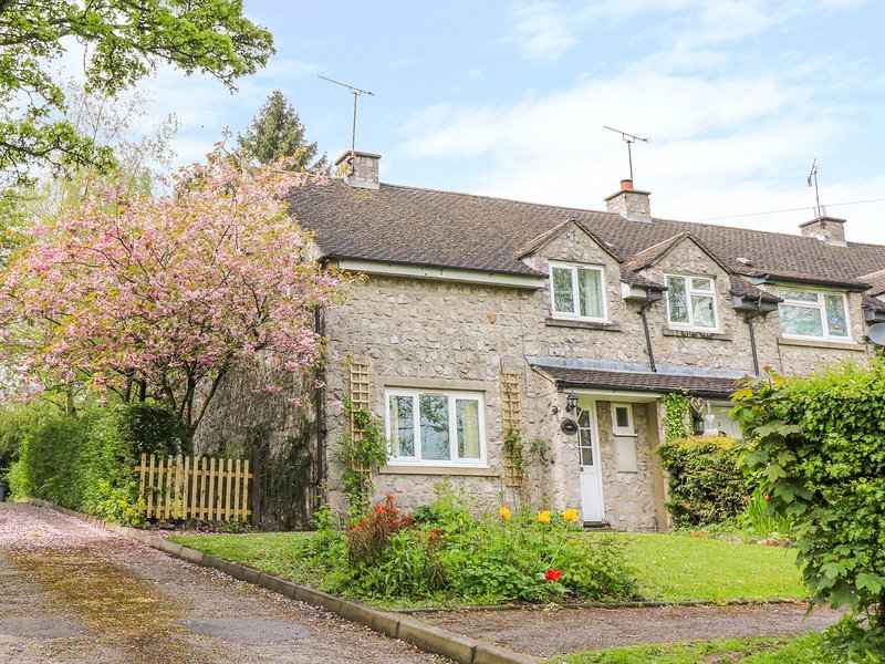 CHERRY TREE COTTAGE, Electric fire, Enclosed garden, Off-road parking, Thorpe, holiday rental in Thorpe