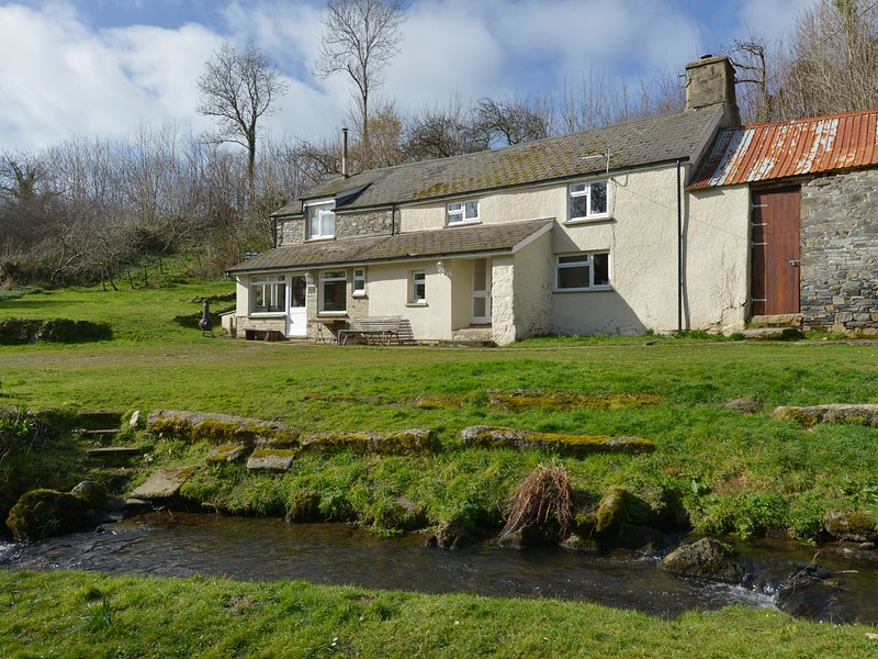 EAST CLEAVE, pet-friendly, woodburning fire, near Bridestowe, holiday rental in Lydford