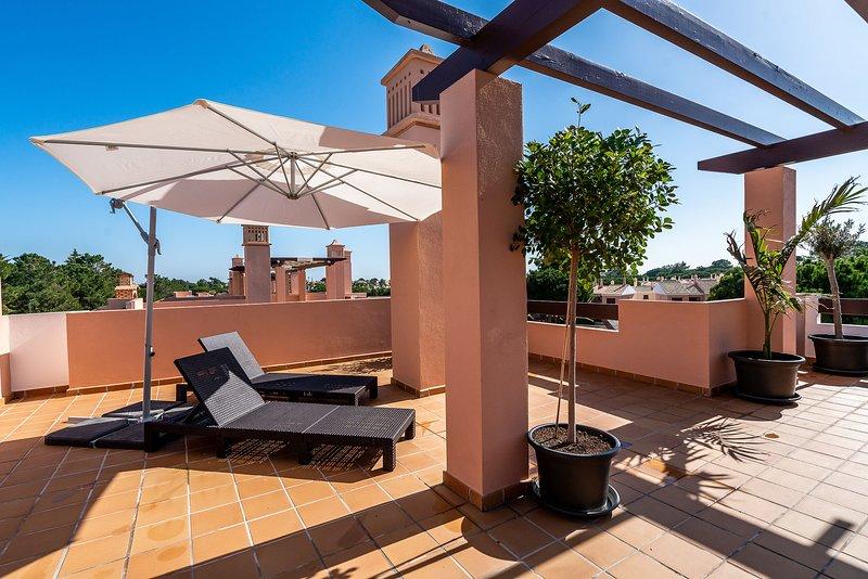 terrazza sul tetto privata con vista sulla piscina condominiale