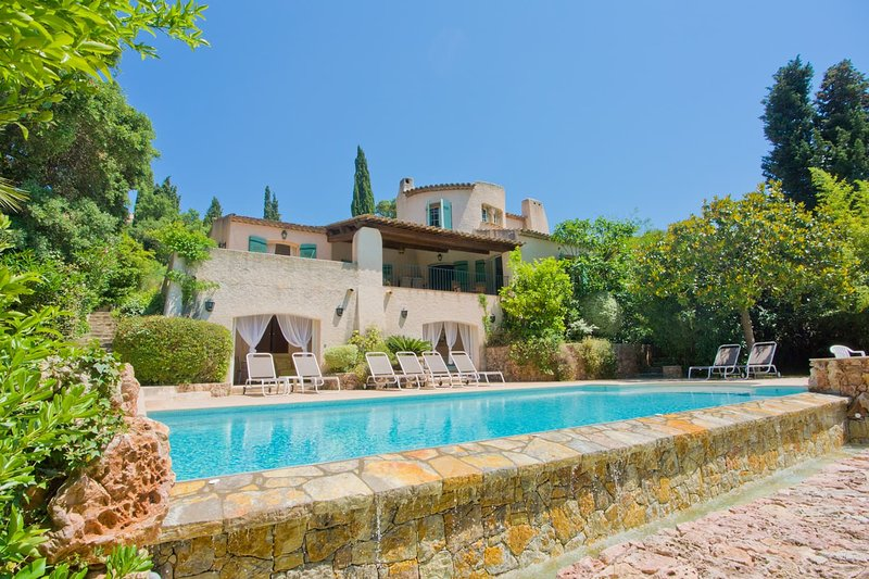Lovely Provençal villa with private garden & pool. Walk to beaches & restaurants, vacation rental in Agay