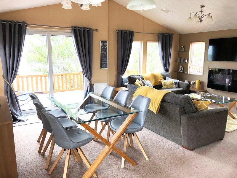 Lazy Swan Lodge - Tattershall Lakes luxury lakeside lodge with Hot Tub, holiday rental in Freiston