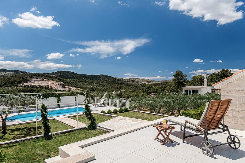 Spacious villa with large garden and lovely view, casa vacanza a Donji Humac