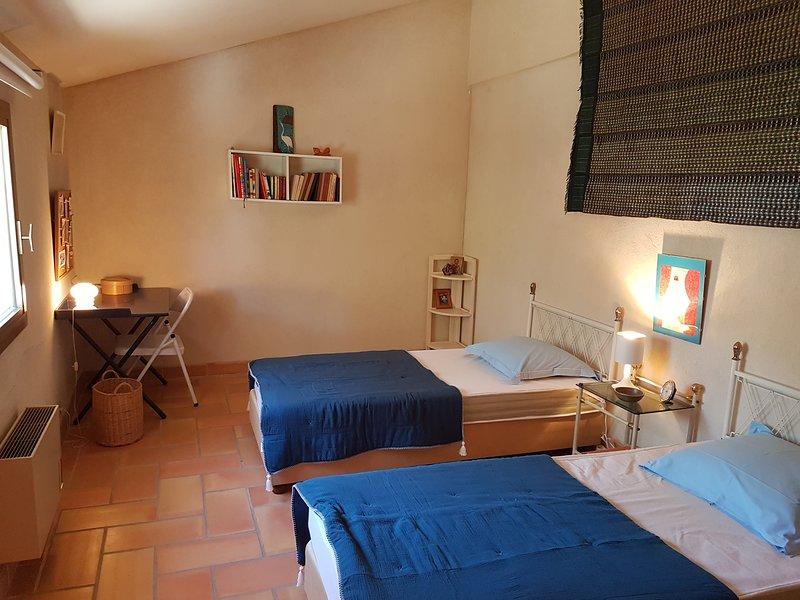 Villa dans un domaine privé a 5mn de la mer, holiday rental in Saint-Cyr-sur-Mer