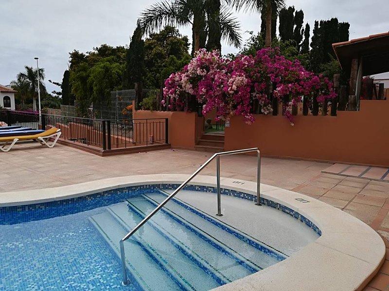 trilocale in una bellissima zona el  duque, holiday rental in La Caleta