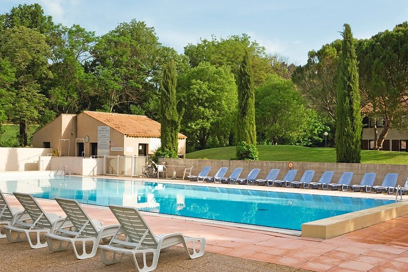 Disfrute de las magníficas vistas mientras descansa en la piscina al aire libre del hotel.
