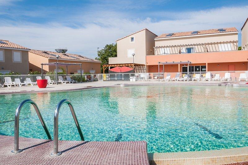 Lounge au bord de la piscine au soleil.