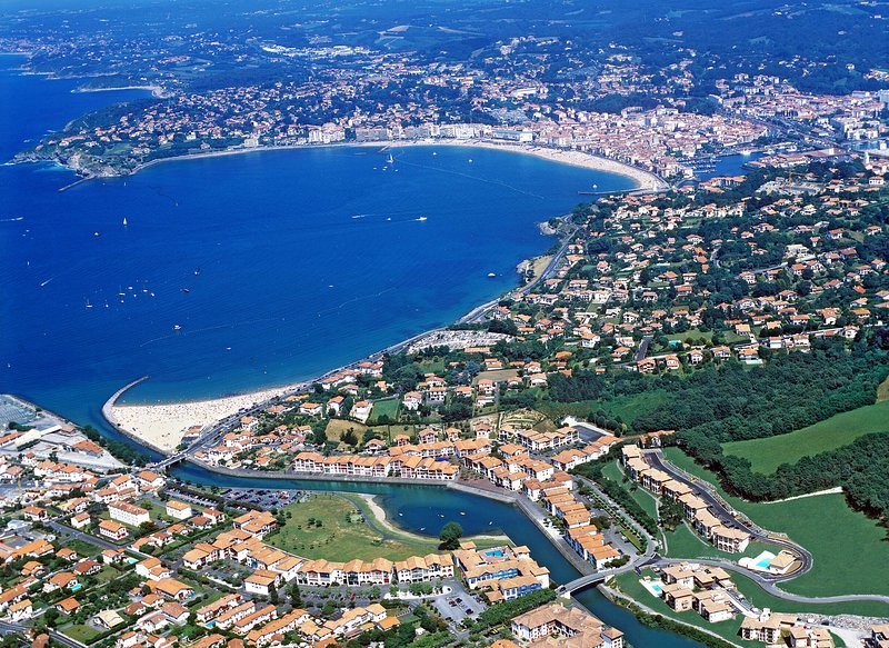Ciboure, Pyrénées-Atlantiques, is the perfect place to enjoy a sun-soaked vacation by the beach!