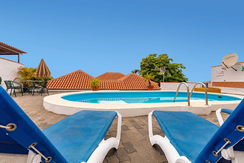 Holiday cottage with private pool in Los Llanos, vacation rental in Barros