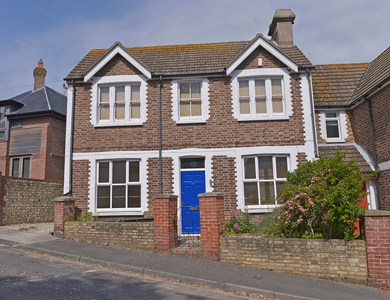 Meads Cottage Historic Villa For Families Just Off Seafront With 3 Bedrooms, vacation rental in East Dean