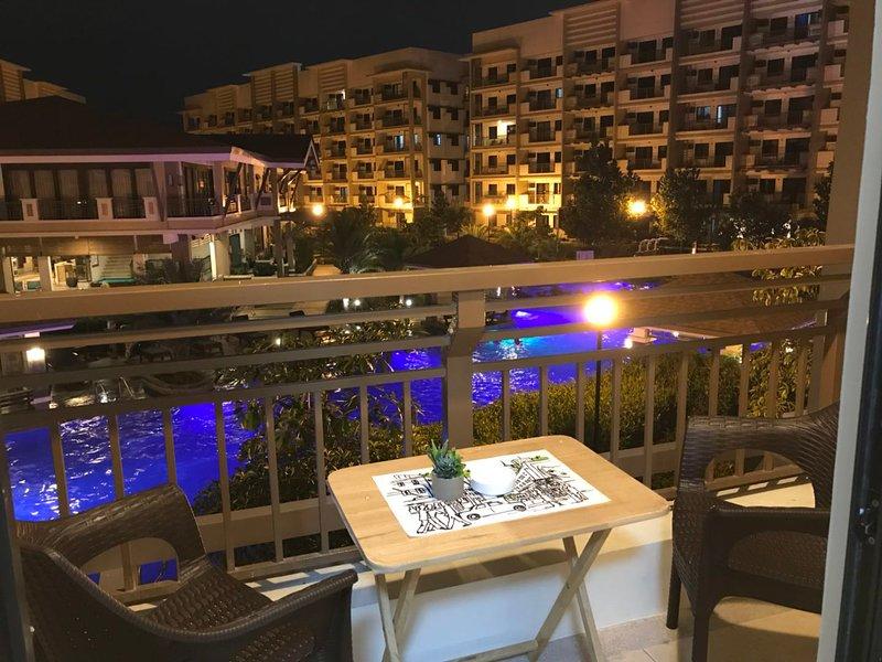 MaRoy's Suites, Cozy 2BR Pool Side Condo Near NAIA w/free parking + Fiber WiFi, holiday rental in Paranaque