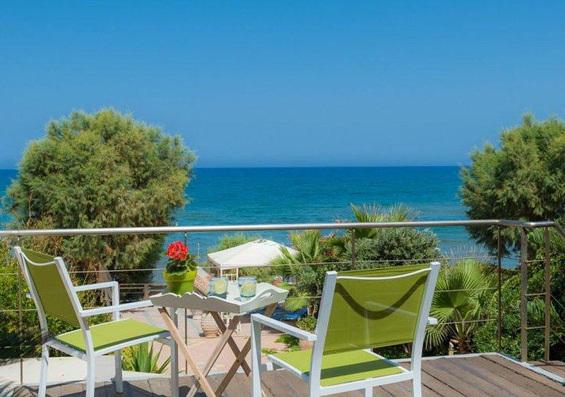 WEBNODE GRAND SUITE,a beachfront paradise!, location de vacances à Agia Marina