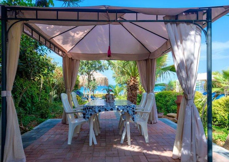 WEBNODE JUNIOR SUITE,a beachfront paradise!, location de vacances à Agia Marina