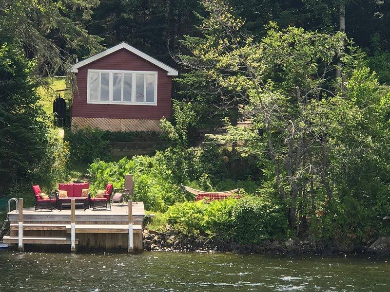 Vista del muelle y la casa desde el lago.