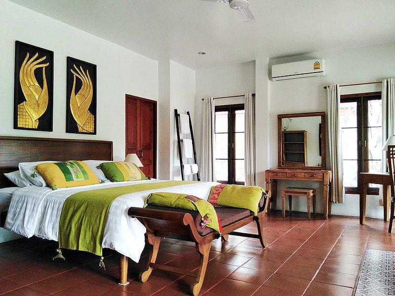 Holiday Lake view villa w/1BR, 2BA, Living room, Kitchen, Balcony & Pool -V5, holiday rental in Doi Saket