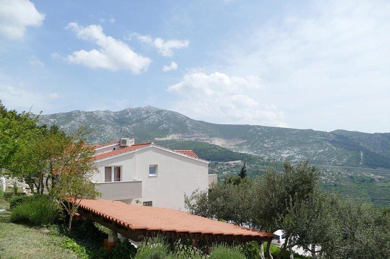 Zura Apartment Sleeps 7 with Air Con - 5793108, vacation rental in Klis